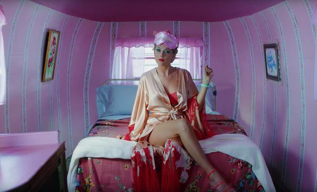 ca sĩ Taylor Swift mặc áo choàng ngủ trên giường