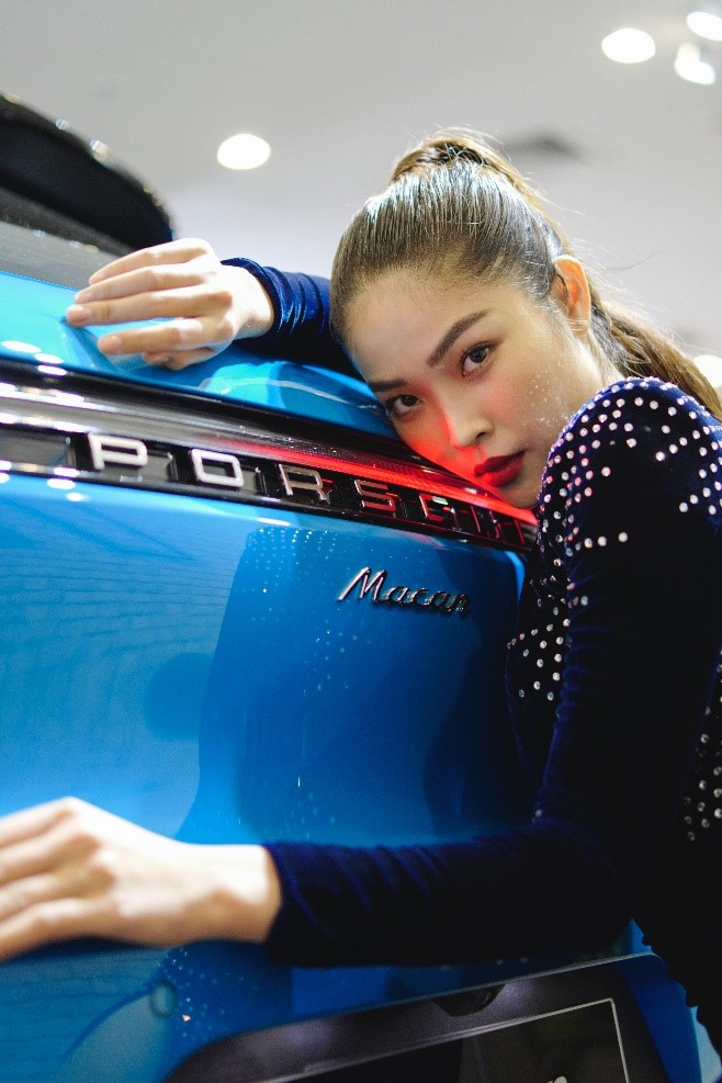 model nữ tạo dáng phía sau xe porsche macan 2019 màu xanh blue miami
