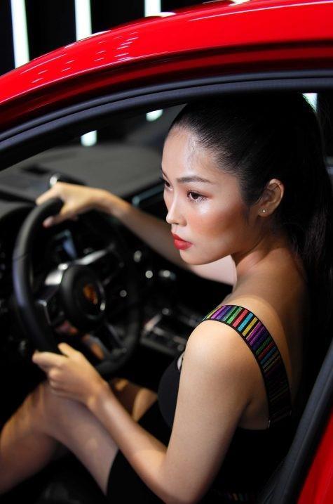 model nữ ngồi trong khoang lái xe porsche macan màu đỏ