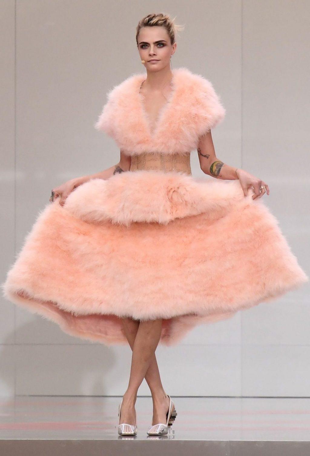 Cara Delevingne trong chiếc váy lông vũ trên sân khấu Karl for Ever.