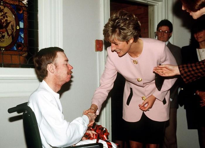 Công nương Diana bắt tay người đàn ông nhiễm HIV
