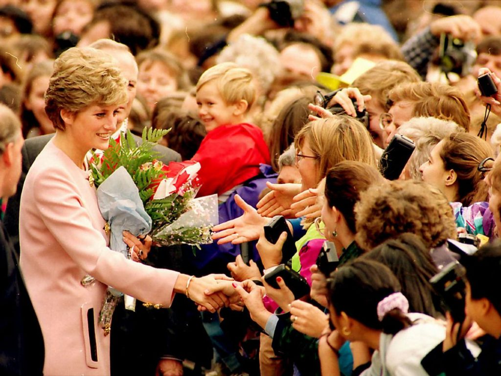 Diana bắt tay mọi người