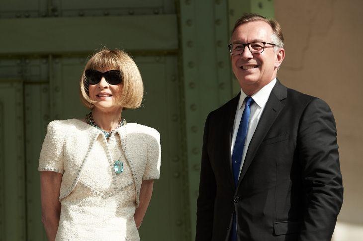 Anna Wintour với trang phục trắng thanh lịch và nổi bật tại lễ tưởng nhớ Karl Lagerfeld.