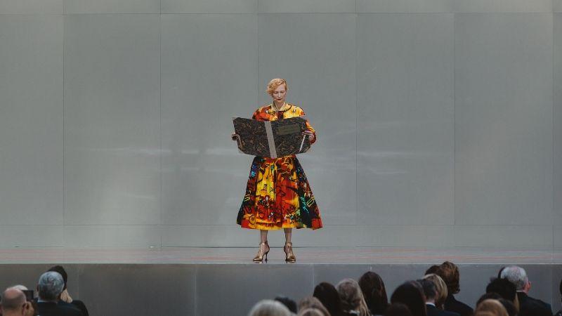 Tilda Swinton (2) trong chiếc váy sặc sõ đọc bài tưởng niệm Karl Lagerfeld.