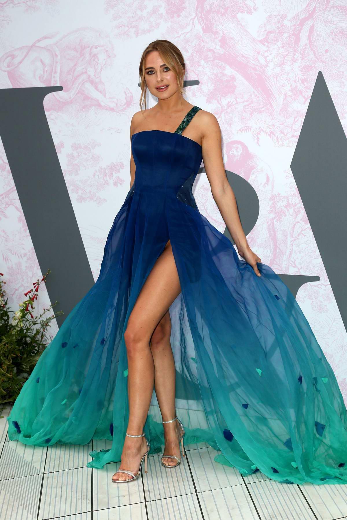 kimberley garner mặc đầm xanh đến tiệc mùa Hè của Dior