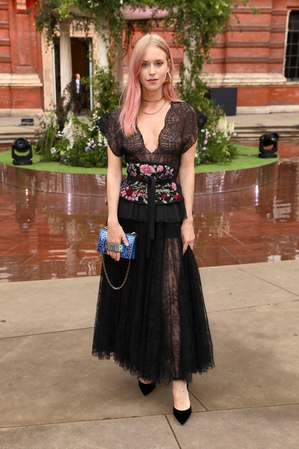lady Mary charteris mặc đầm tulle màu đen thêu hoa tại bữa tiệc mùa hè của dior 2019