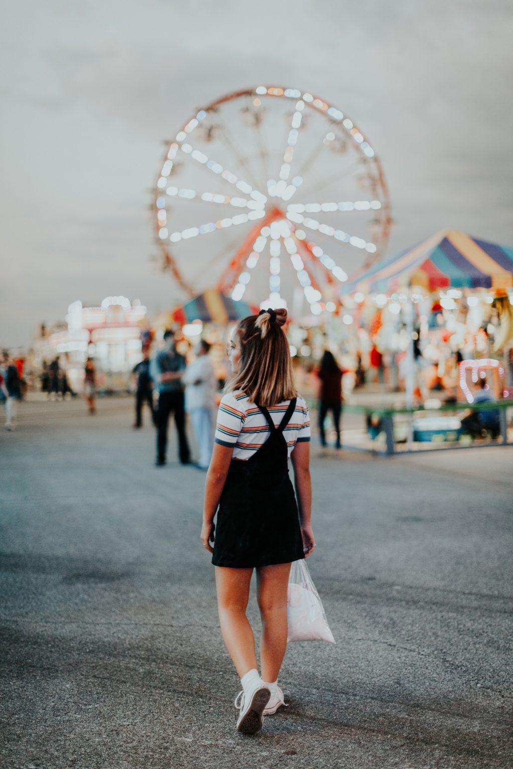 cô gái ở công viên trò chơi