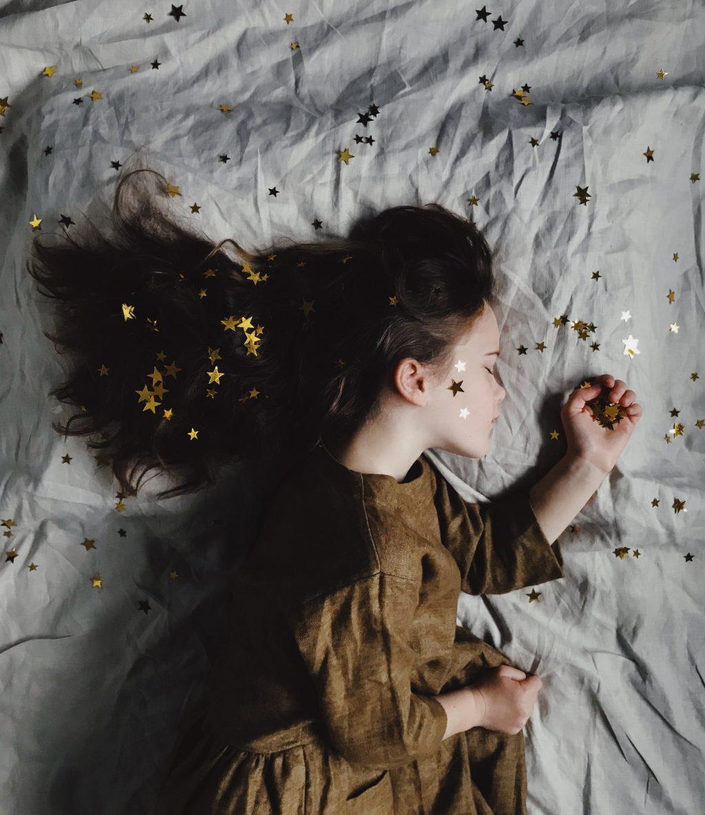 bé gái với ngôi sao trên tóc