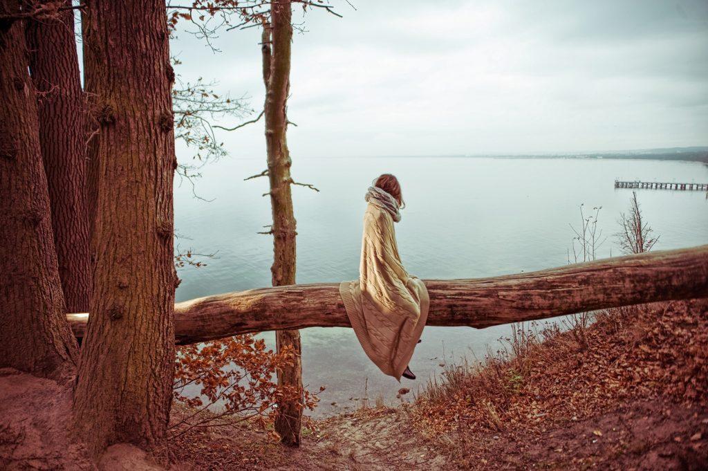 cô gái ngồi trên cây