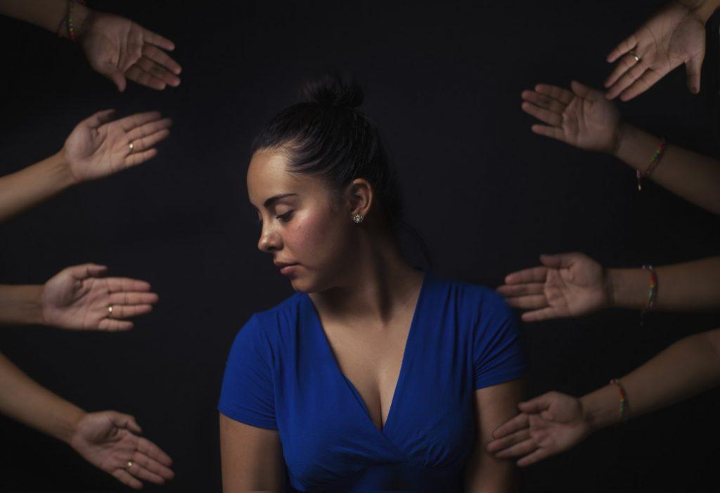 người phụ nữ áo xanh và những bàn tay