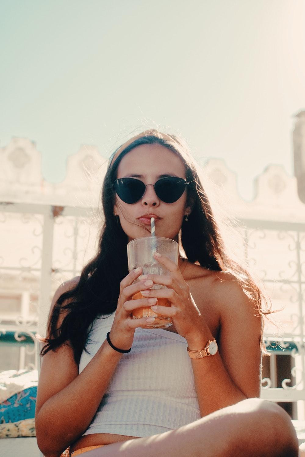 cô gái làn da hoàn hảo đang uống nước