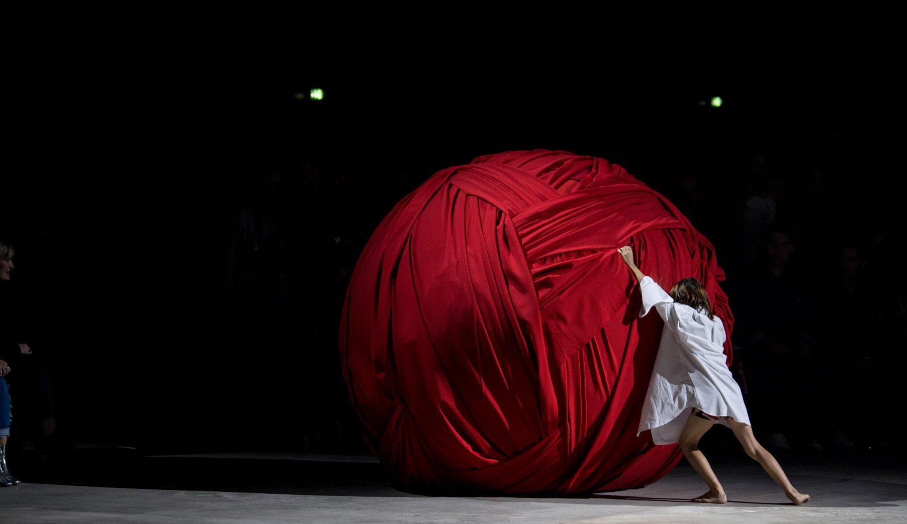 người mẫu lăn cuộn vải trên sàn diễn Jacquemus