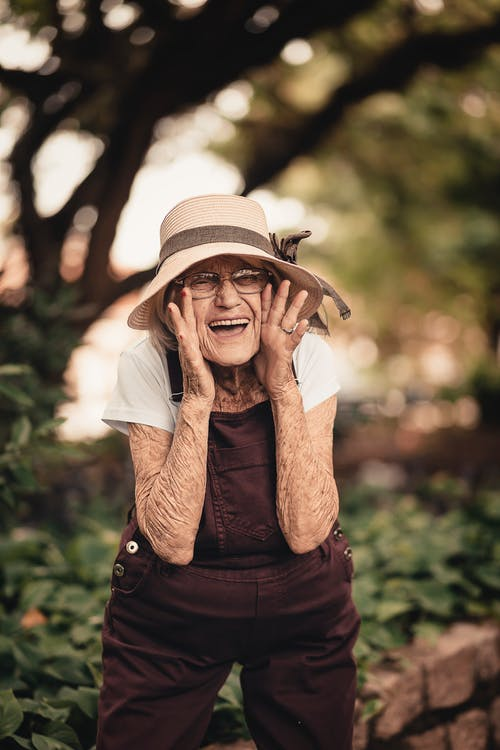 bà cụ tươi cười trong vườn