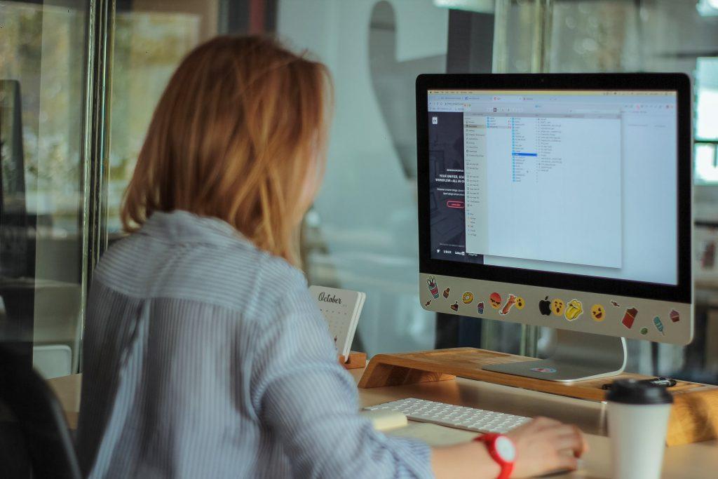 Chỉ với các bài tập giảm đau lưng đơn giản thực hiện ngay nơi làm việc, tấm lưng mỏi nhừ sẽ được kéo căng và giảm đau. Ảnh: Pexels.
