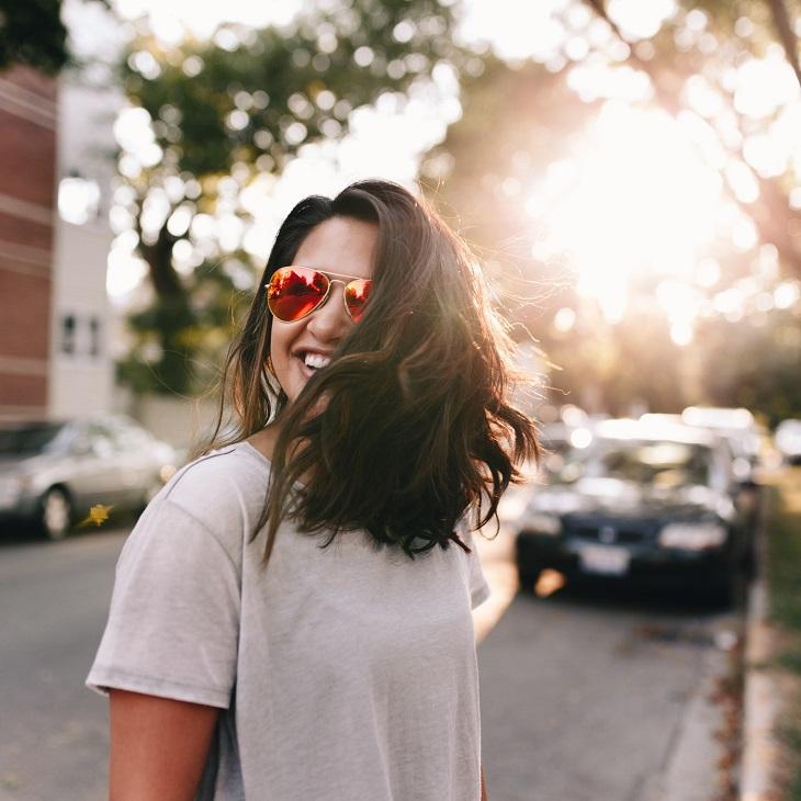 da chảy xệ - phụ nữ đeo kính