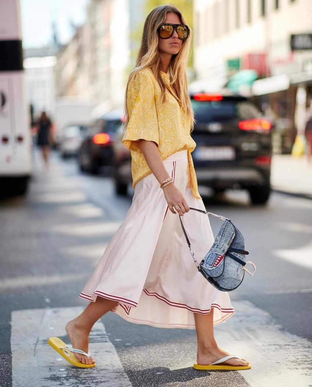 Dép xỏ ngón kết hợp cùng túi xách Dior và áo sơmi vàng