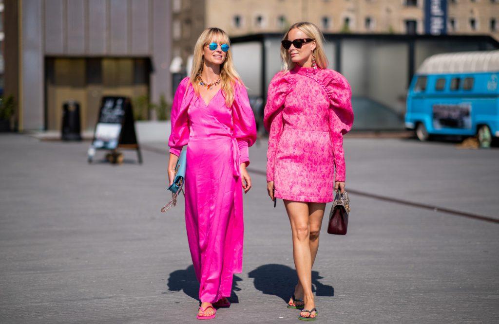 Những tín đồ thời trang diện dép xỏ ngón cùng váy hồng cách điệu