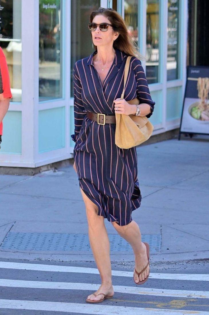 Người mẫu diễn viên Cindy Crawford mang dép xỏ ngón và váy sơmi