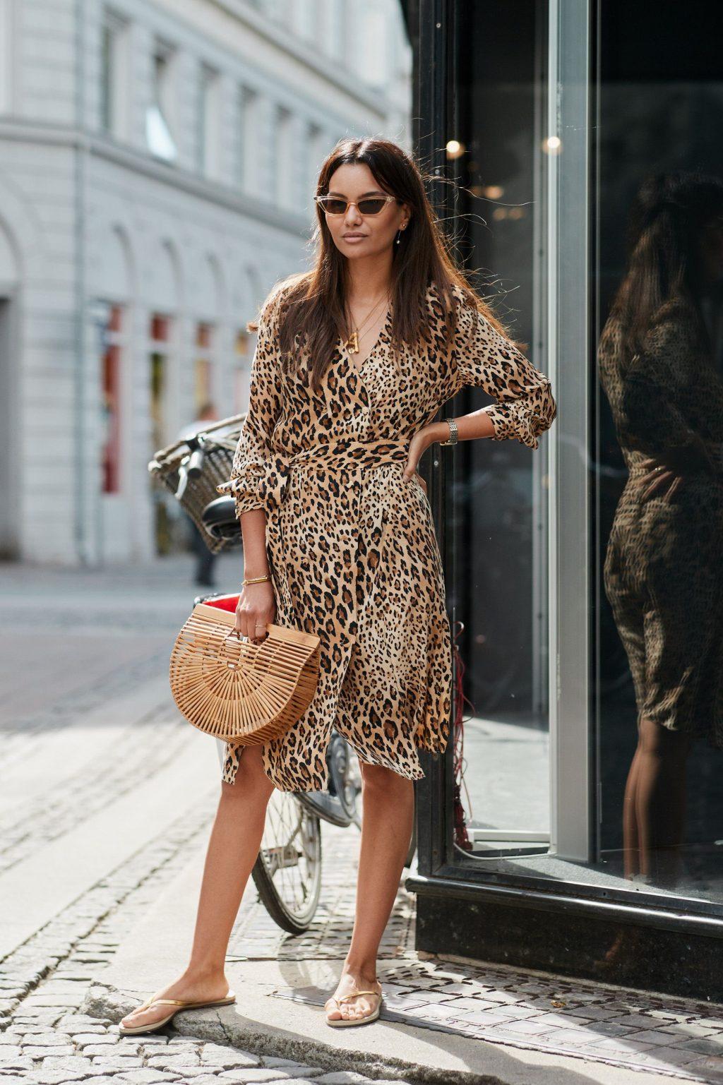 Fashionista Szymon Brzóska kết hợp dép xỏ ngón cùng túi đan từ tre.