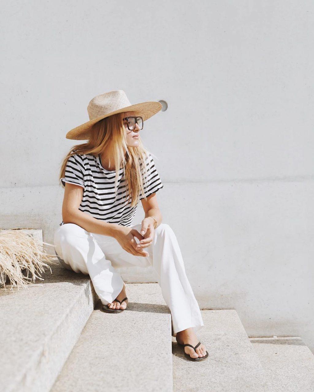 Tín đồ của phong cách tối giản kết hợp dép xỏ ngón cùng áo kẻ và quần trắng
