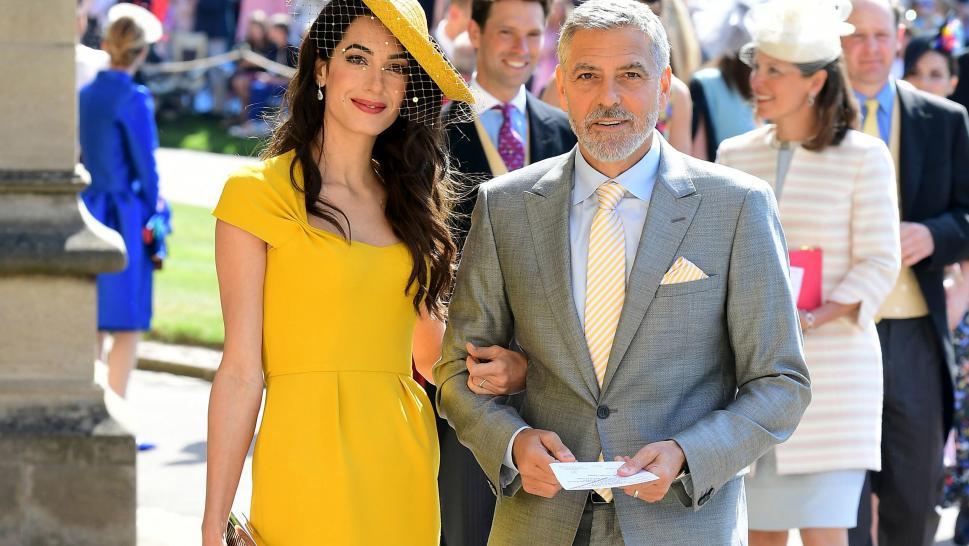 Amal Clooney thu hút trong chiếc đầm cùng mũ màu vàng mù tạt