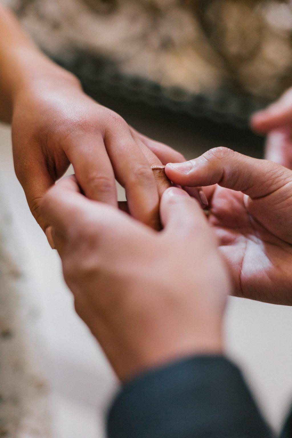 cảnh trao nhẫn kết hôn