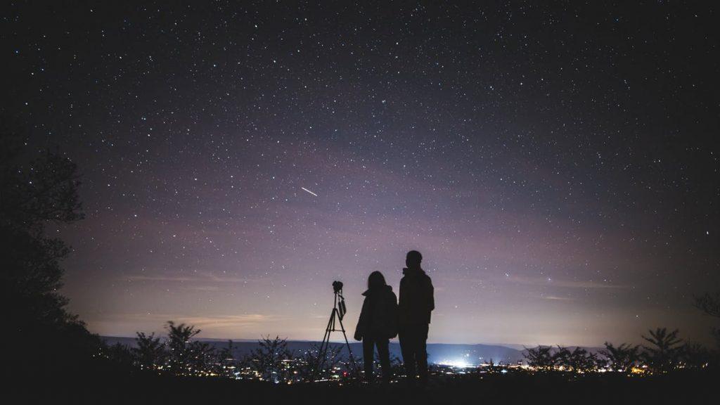 cặp đôi ngắm bầu trời sao