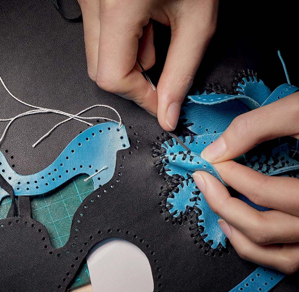 công đoạn làm túi Louis Vuitton Capucines của Nicholas Hlobo