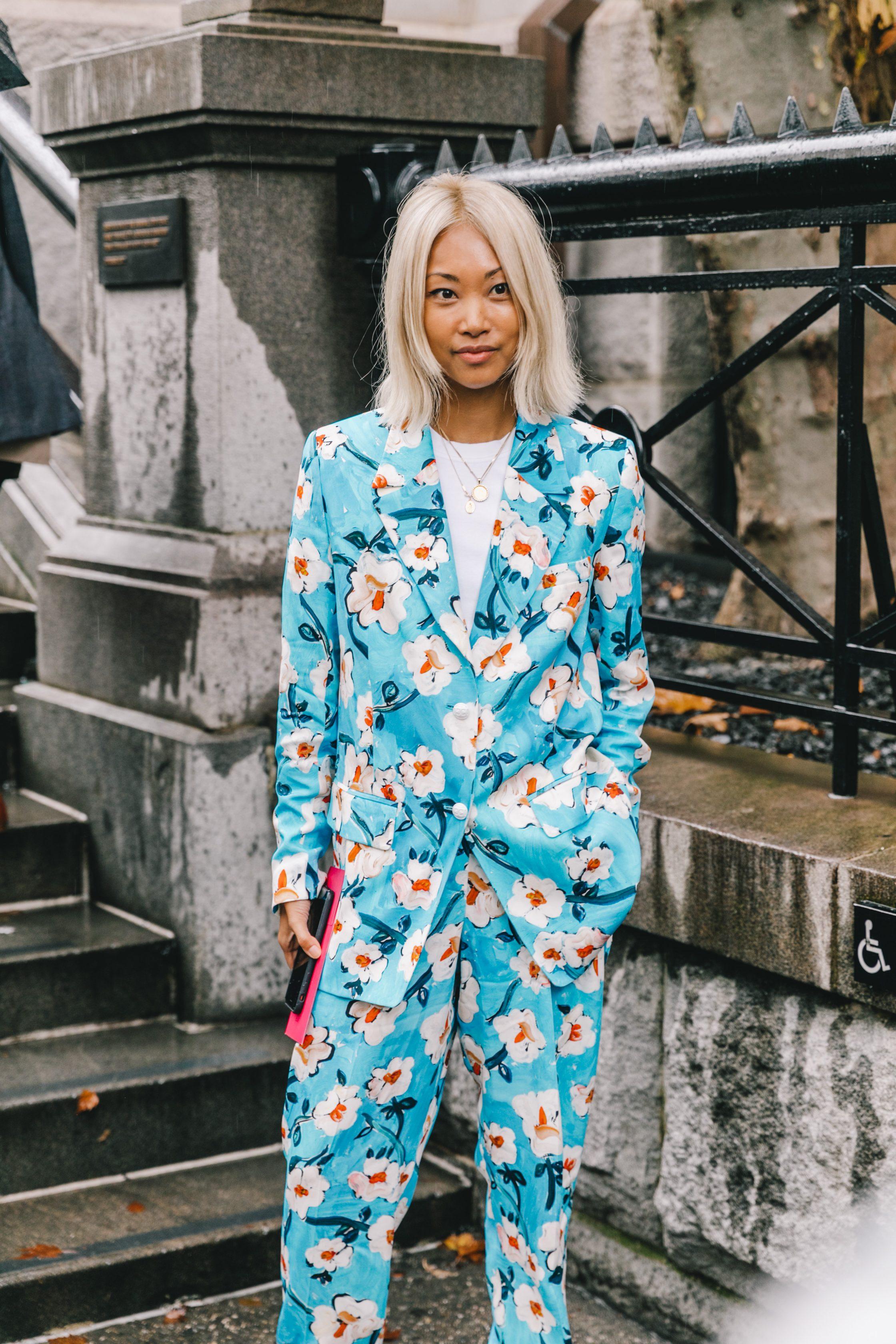 fashionista mặc âu phục xanh dương họa tiết hoa tuần lễ thời trang new york