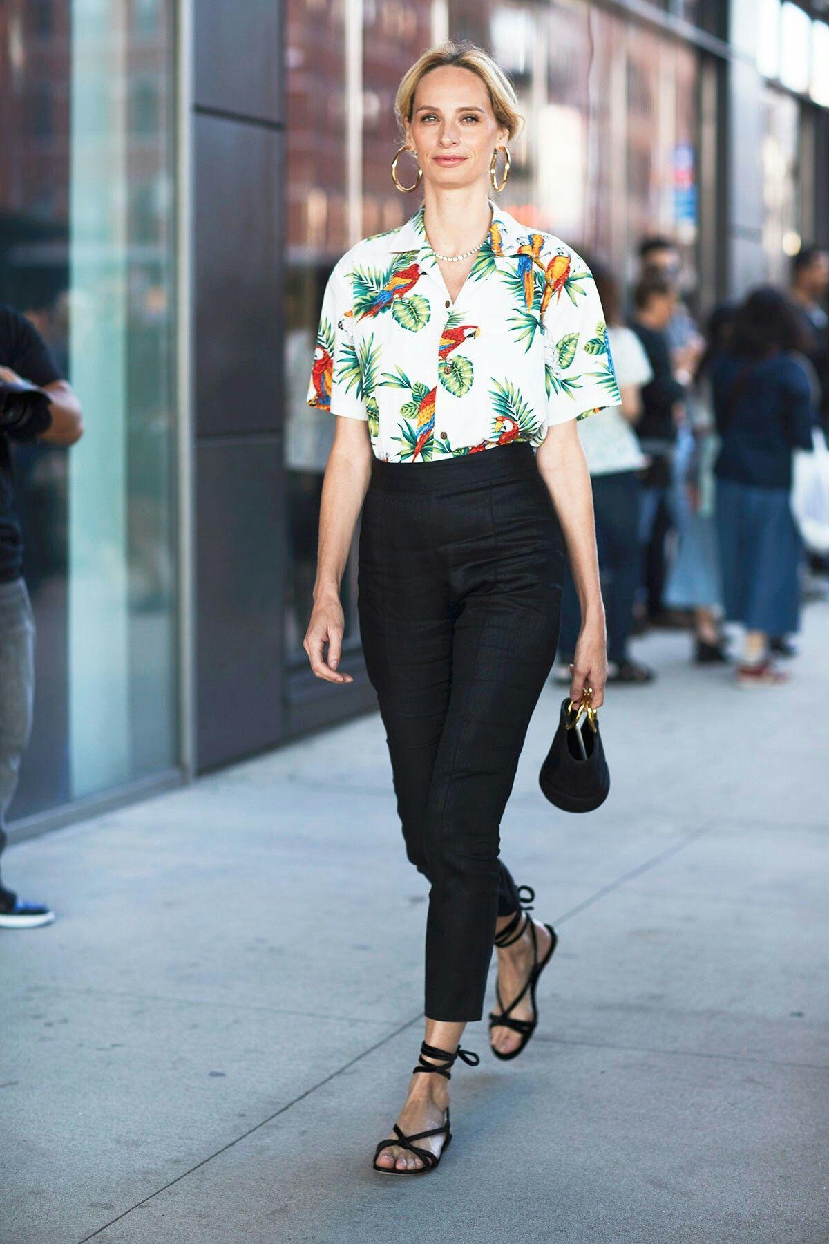 fashionista mặc áo sơmi họa tiết nhiệt đới quần âu đen sandal túi xách mini