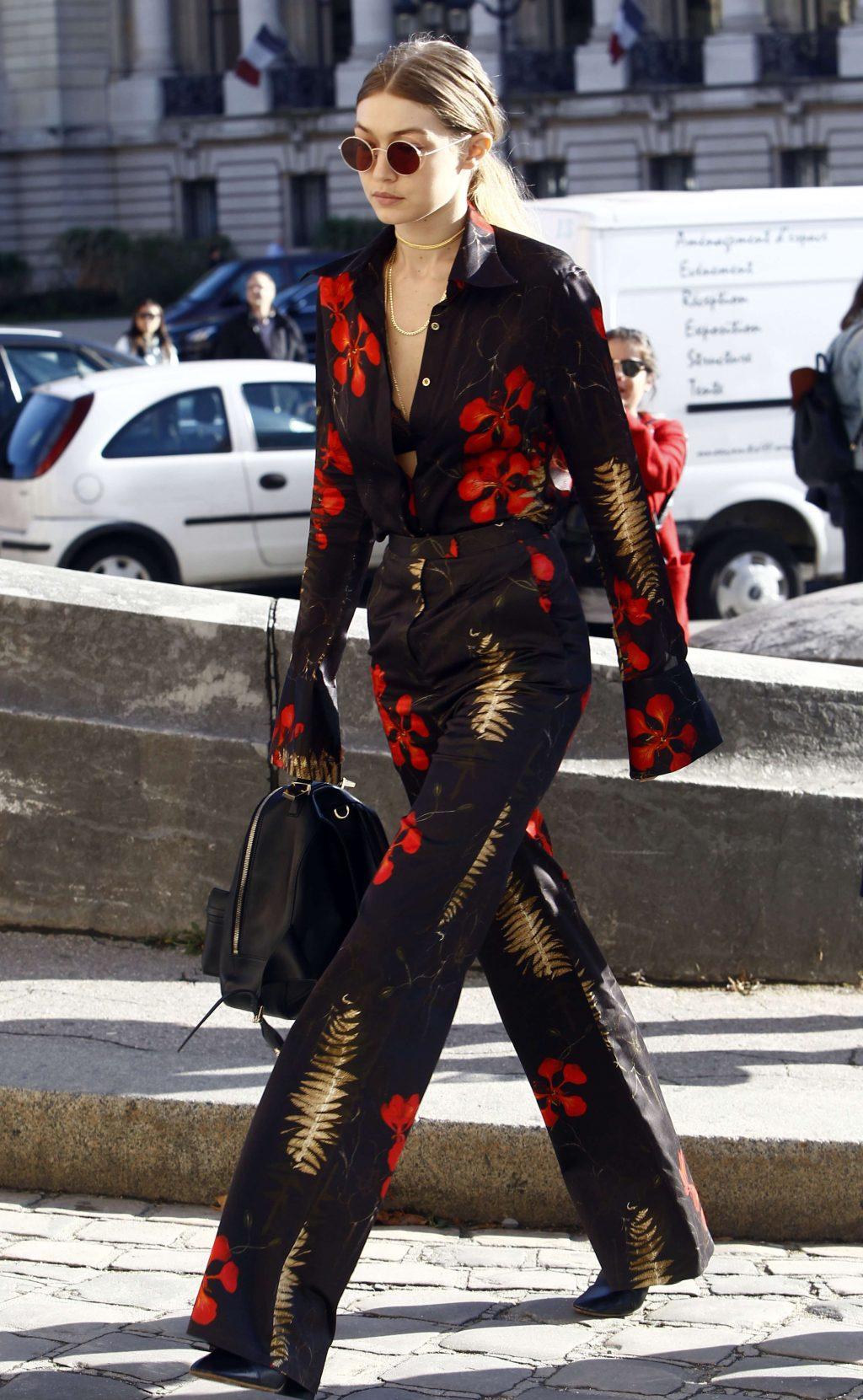 Gigi Hadid mặc sơmi quần họa tiết hoa nhiệt đới kính mát