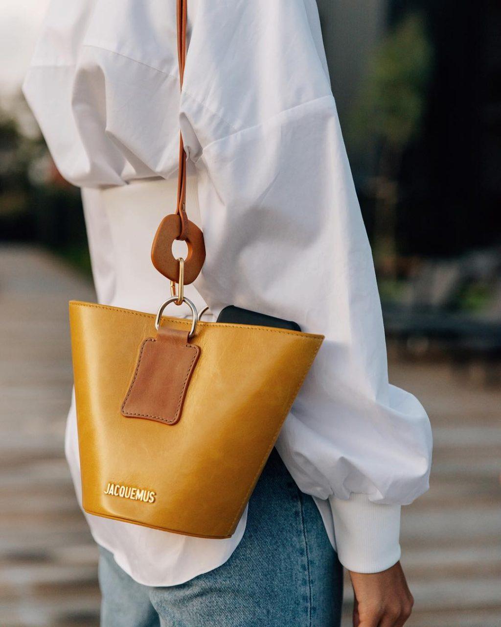 Fashionista đeo túi Jacquemus màu vàng mù tạt
