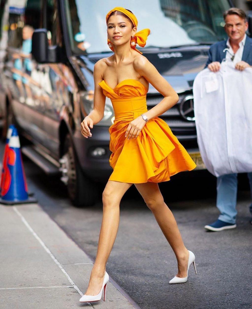 Zendaya nổi bật trong chiếc đầm màu vàng mù tạt