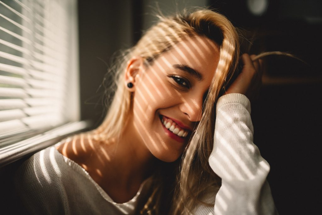 cô gái cười đẹp chăm sóc răng
