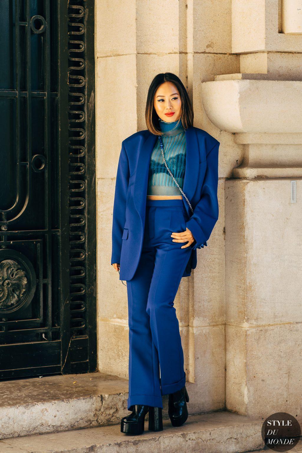 aimee song blazer cấu trúc màu xanh cobalt crop top đen giày cao gót tuần lễ thời trang paris