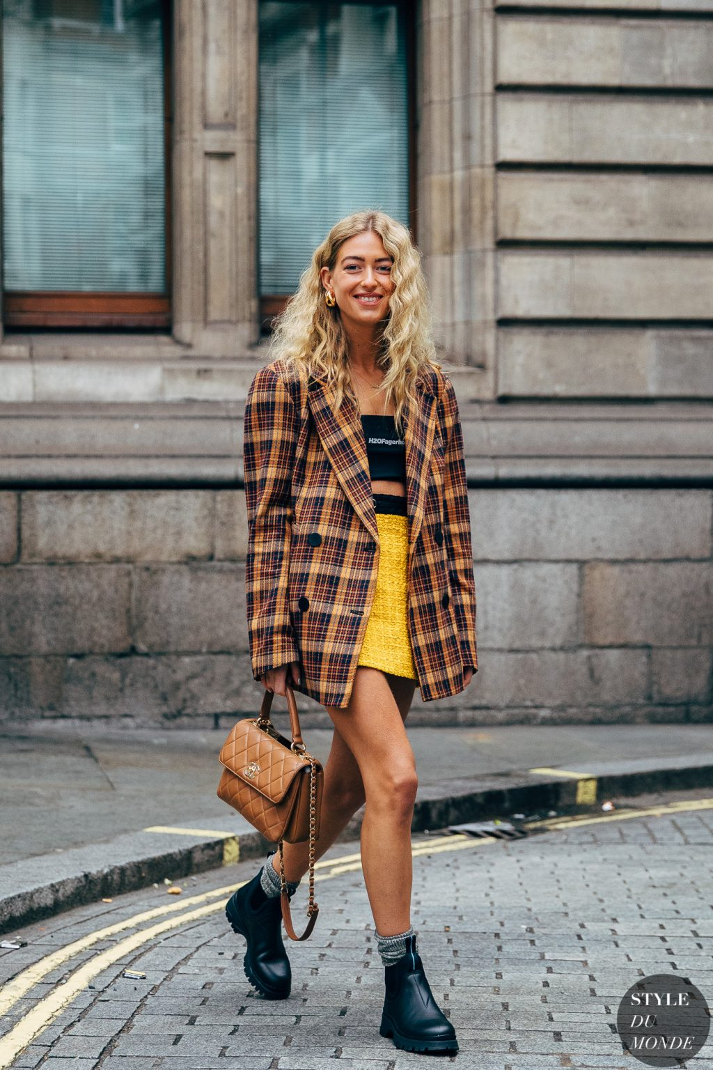 Emili Sindlev blazer kẻ ô chân váy crop top tuần lễ thời trang milan