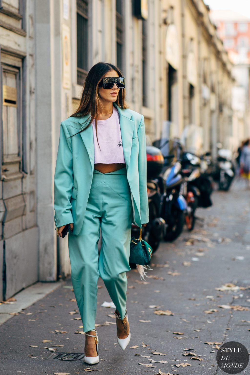 Gilda Ambrossio blazer xanh ngọc kính mát oversize giày cao gót
