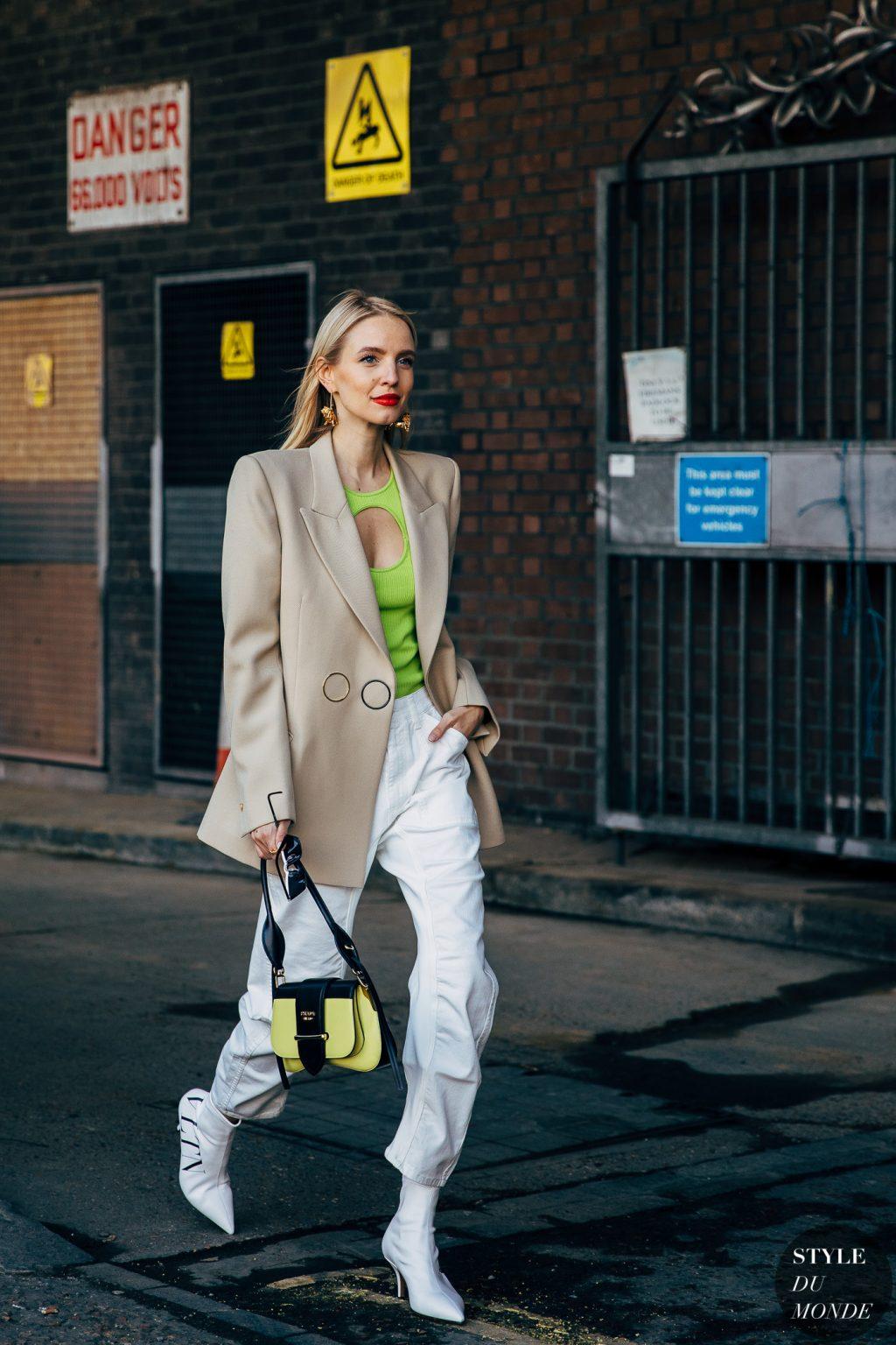 Leonie Hanne blazer cấu trúc màu beige áo xanh neon hoa tai vàng bốt tuần lễ thời trang