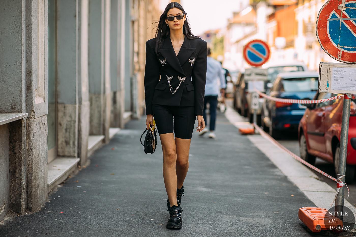 fashionista blazer đen cầu vai rộng quần shorts cua-đơ đạp xe bốt cổ thấp tuần lễ thời trang