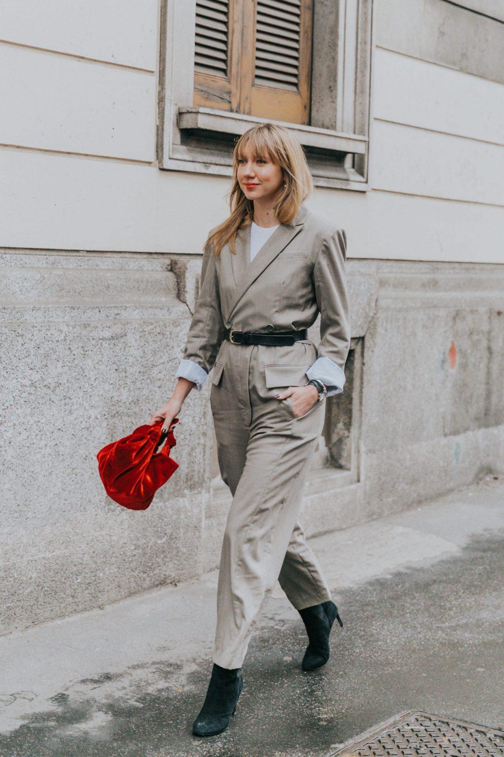 blazer thắt lưng túi xách đỏ bốt tuần lễ thời trang milan