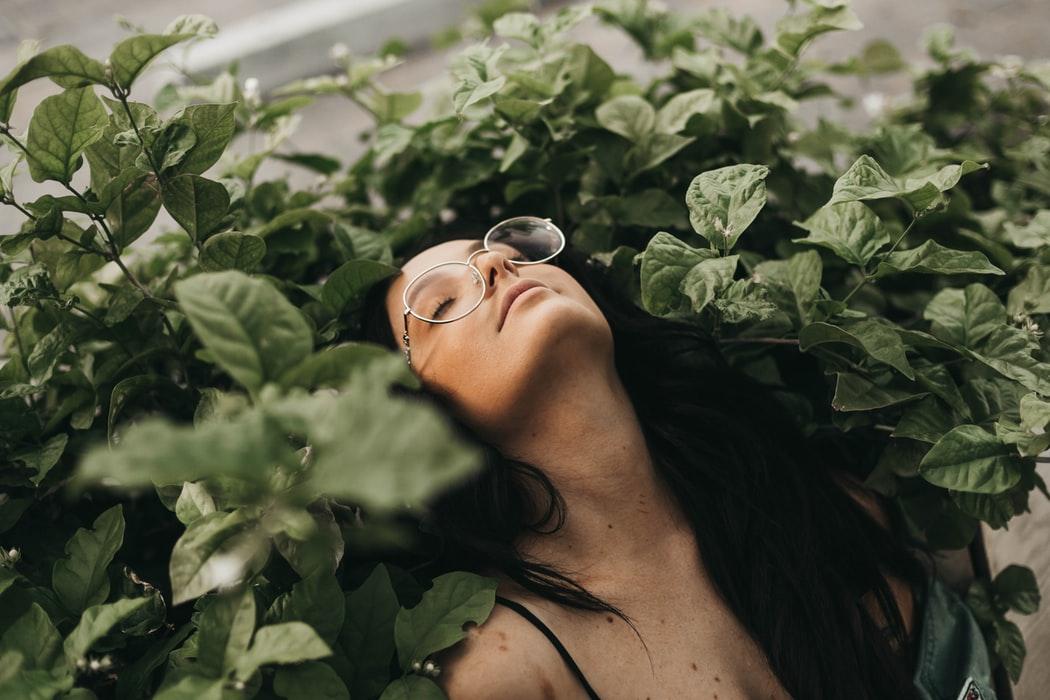 cô gái nằm thoải mái giữa bụi cây