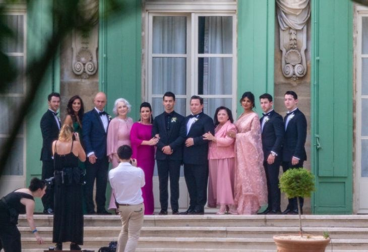 joe jonas cùng gia đình tại đám cưới lần thứ hai ở pháp