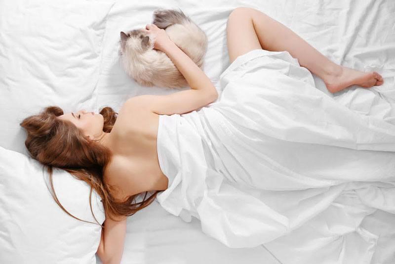 phụ nữ ngủ khỏa thân 04