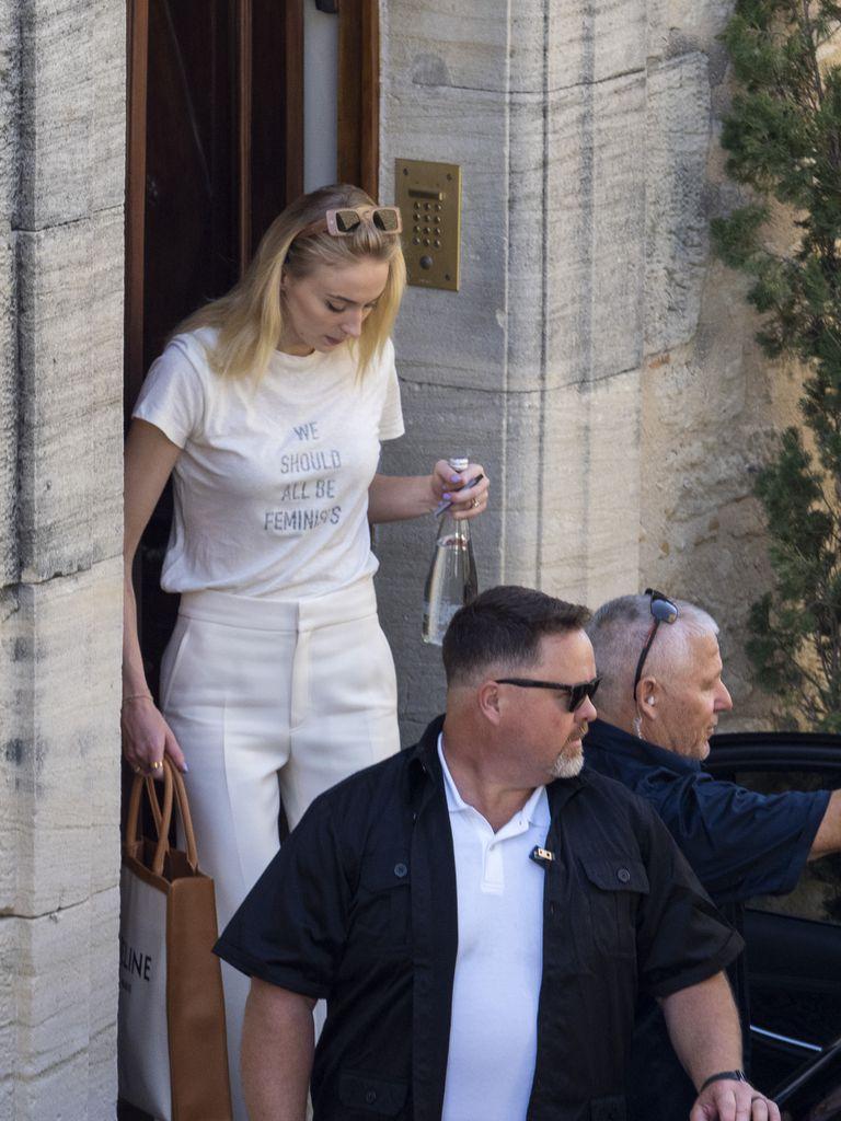 sophie turner mặc áo thun trắng quần skinny trắng tại pháp
