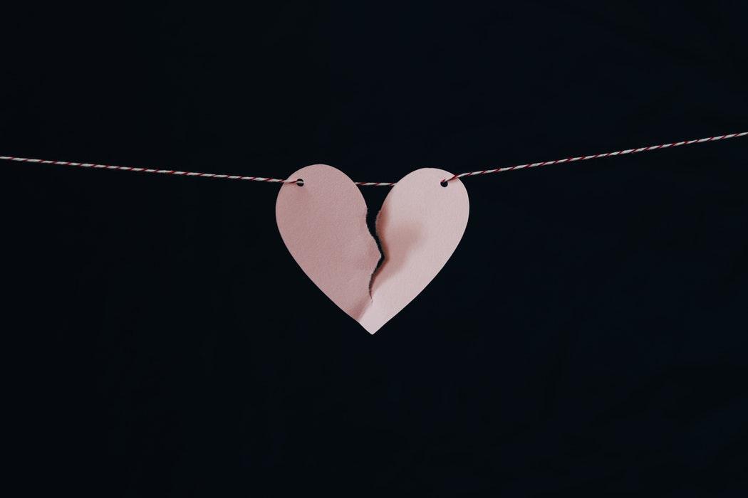 trái tim vỡ treo trên dây