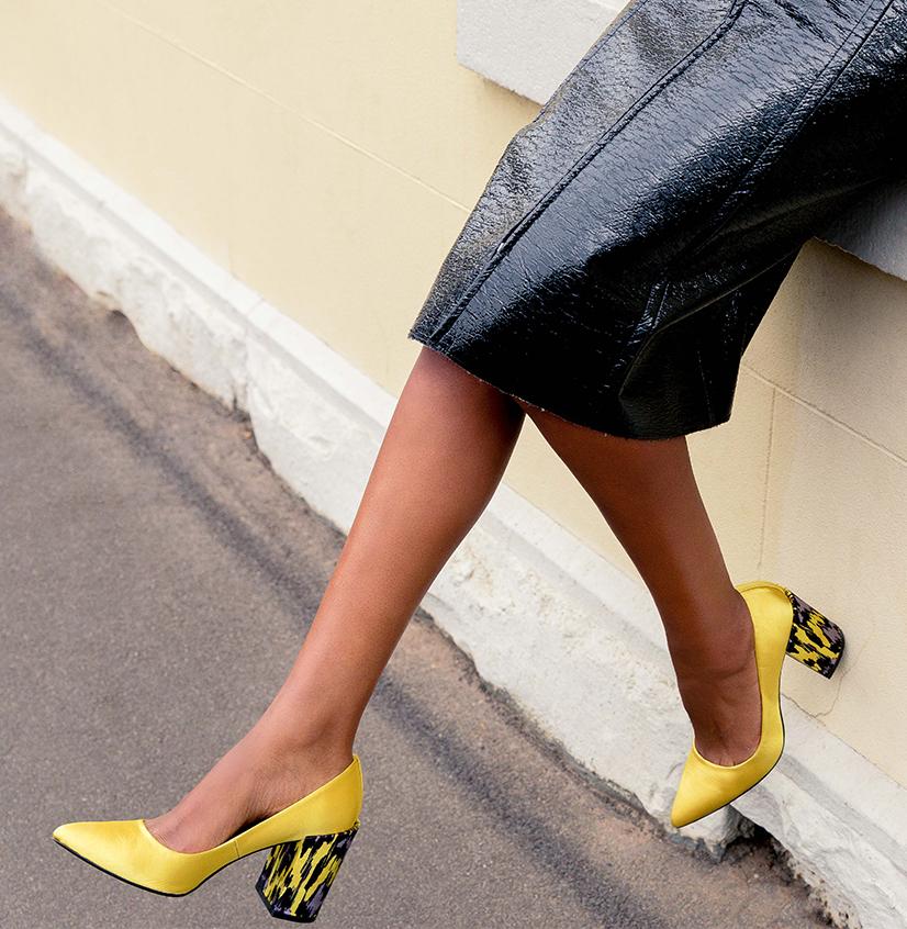 Fashionista kết hợp giày cao gót vàng cùng chân váy đen