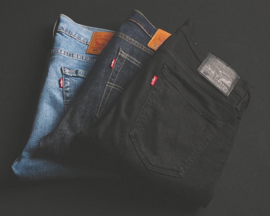 quần jeans màu xanh và quần jeans màu đen