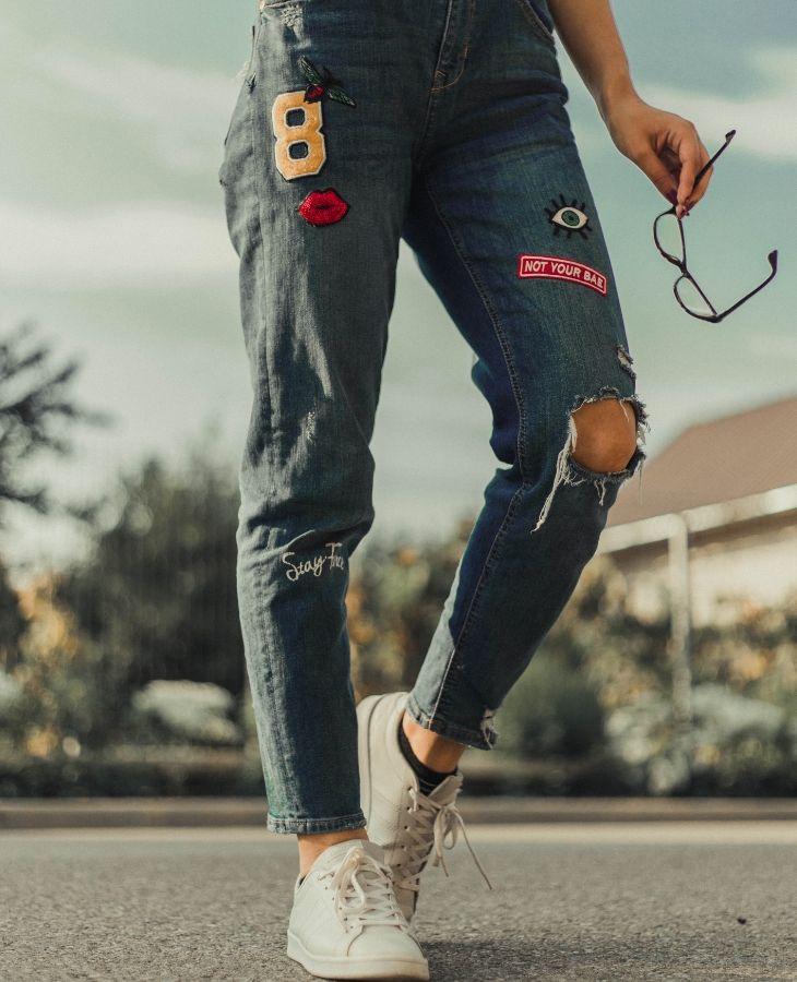 quần jeans rách ở gối giày sneaker trắng cổ thấp