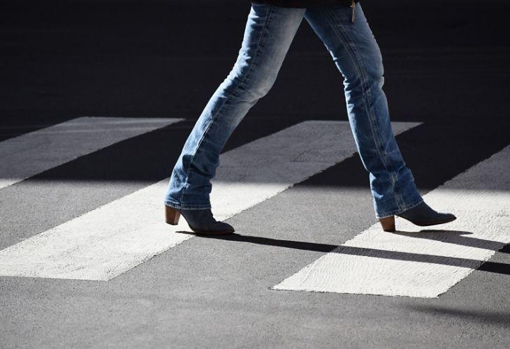 quần jeans xanh bốt đế vuông mũi nhọn