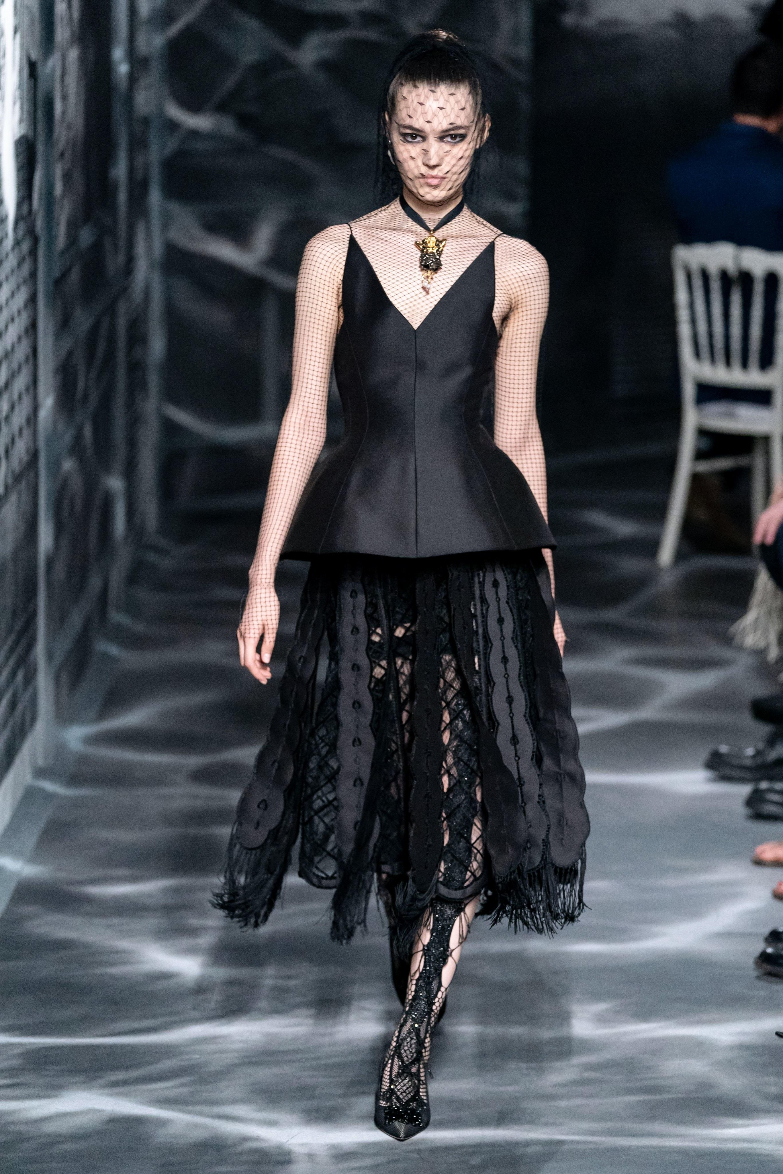 áo hai dây và chân váy trong bộ sưu tập Dior Haute Couture Thu 2019